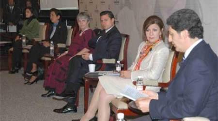 ANTE EL gobernador Enrique Peña Nieto,  el secretario de Desarrollo Social, Ernesto NémerÁlvarez